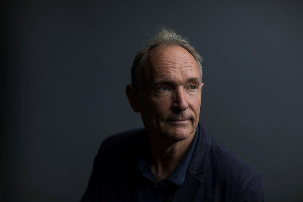 Tim Berners-Lee adalah penemu world wide web (www). Ia menyusun sebuah sistem untuk mengorganisasi, menghubungkan dan menjelajah dunia maya dalam komputer. Dia menciptakan program ini ketika masih bekerja di CERN di Jenewa. WWW adalah protokol dan algoritma penting yang memungkinkan web terus berkembang. Foto: Getty Images