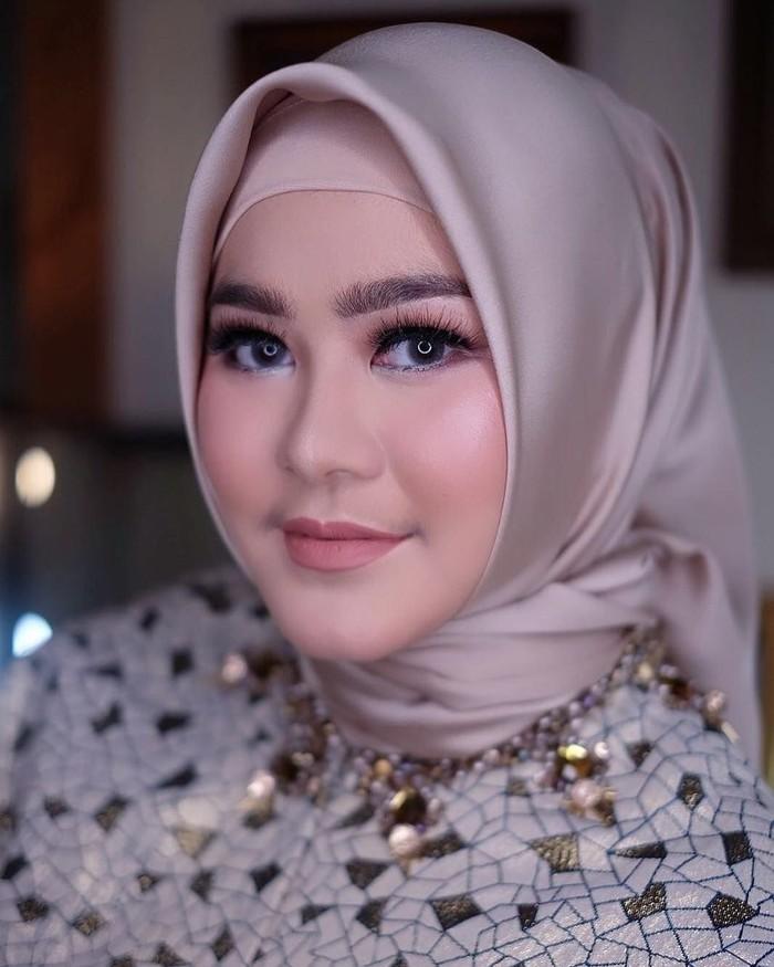 Lewat instagramnya, Sherrin sering membagikan banyak momen. Tak jarang wanita berhijab ini tampil modis dengan barang branded. Foto: instagram @stharia