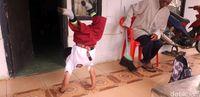 Semangat Bocah Merangkak ke Sekolah, Kepsek: Bangga Didik Adul