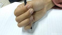 Caramu memegang pulpen atau pensil ternyata bisa menunjukkan kepribadianmu. Kamu tipe yang mana nih?