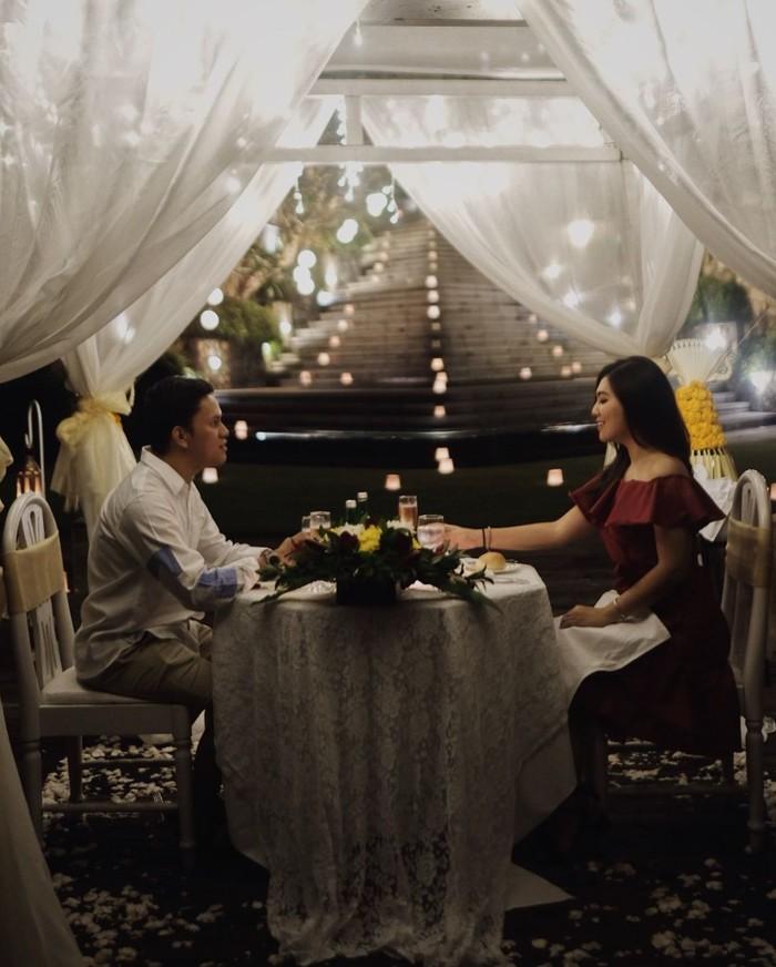 Ini momen Tipang dan Arief saat makan malam di Bali. Suasananya romantis banget ya? Foto: Instagram tiarapangestika