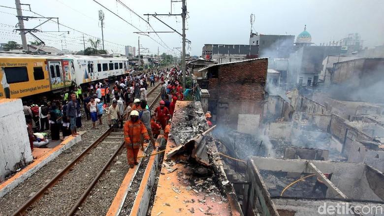 Imbas Kebakaran di Kedoya, KRL Duri-Tangerang Dihentikan Sementara