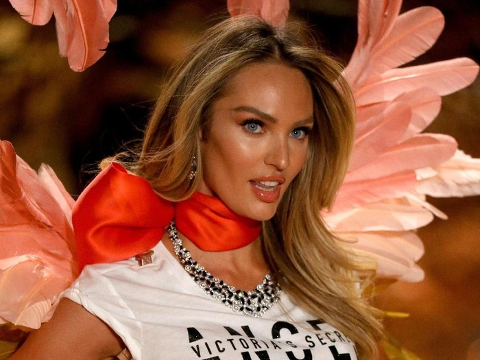 Aksi Candice Swanepoel di fashion show Victorias Secret 2018, New York. Foto: Getty Images