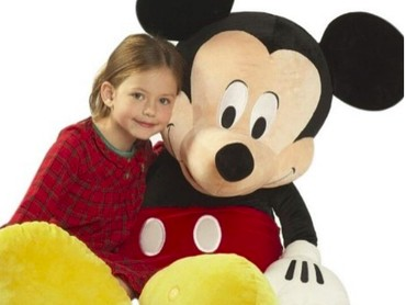 Aaw, cute banget sih Mackenzie Foy foto bareng Mickey Mouse. (Foto: Instagram/mackenziefoy)