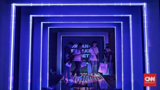 Pengunjung memenuhi gelaran Urban Sneakers Society di Pacific Place, SCBD, Jakarta, Jumat (9/11).