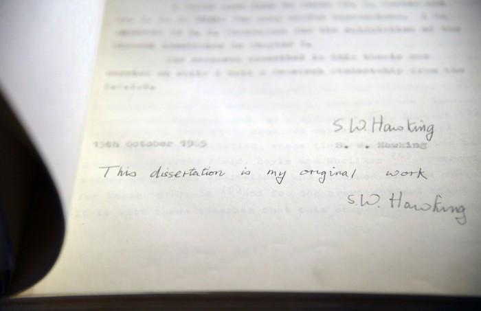 Disertasi Stephen Hawking yang laku Rp 11 miliar saat dilelang (Foto: Reuters)