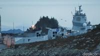Meski tidak mengalami kerusakan, kapal tanker tersebut tidak jadi bertolak ke Inggris melainkan kembali ke Norwegia untuk pengecekan. NTB Scanpix/Marit Hommedal via REUTERS.