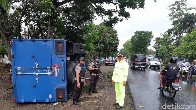 Truk Pengangkut Uang Milik BI Terguling di Banjarnegara