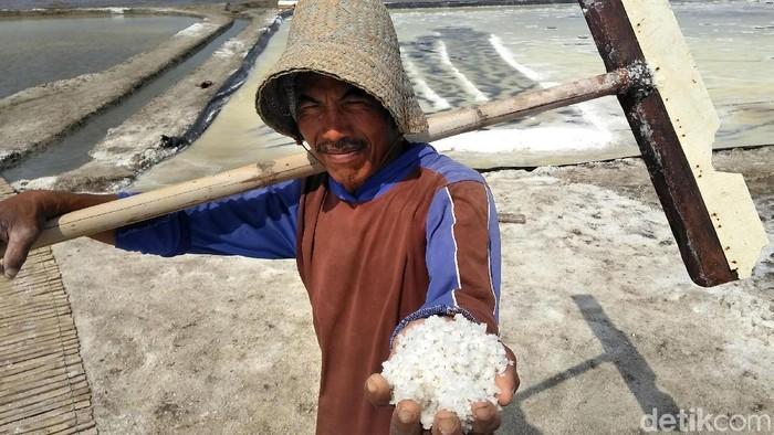 Musim kemarau yang cukup panjang ternyata tak berdampak signifikan terhadap petani garam di kawasan Tambak Oso Wilangon, Surabaya. Meski panen melimpah, namun pendapatan petani garam justru turun. Misnal (55), salah satu petani garam di Surabaya mengaku harga garam di musim panen tahun ini merosot. Tahun lalu, harga garam Rp 1.500 per kilogram. Di tahun ini harga garam turun menjadi RP 1.200 per kilogram.