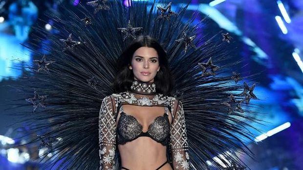 Kembali ke Victoria's Secret, Kendall Jenner Pakai Lingerie Bersayap Bintang