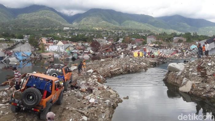 Off-roader datang membantu warga mengevakuasi mobil yang tertimpa puing maupun terendam air. (Jafar Bua/detikcom)