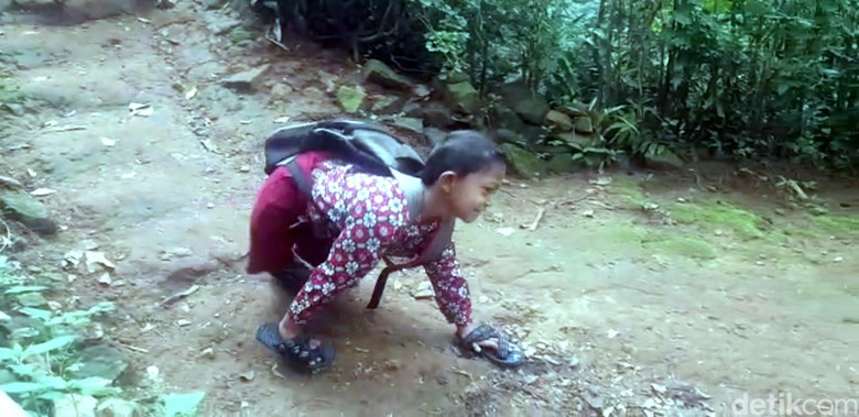 Merangkak 3 Km ke Sekolah, Adul Memotivasi Teman dan Guru