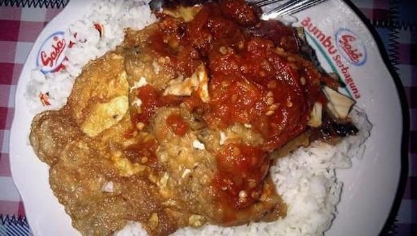 Sego sambel atau penyetan menyajikan tempe, ayam penyet, ikan lele, telur dadar dan iwak pe. Lauk-laik tersebut disajikan dengan sambal di cobek. (traveltodayindonesia.com)