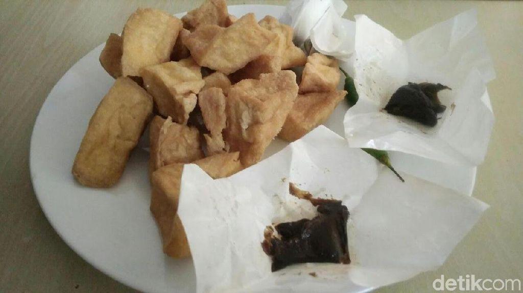 Enak Banget! Tahu Dicocol Bumbu Petis di Pasar Muludan Cirebon