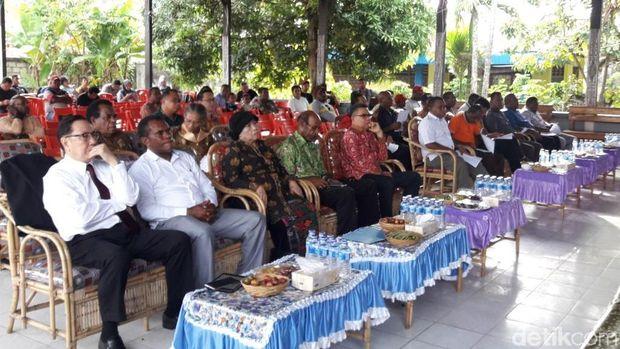 Keluarga besar tokoh Papua, almarhum Theys Eluay menggelar deklarasi damai di Sentani, Papua, Sabtu (10/11/2018)