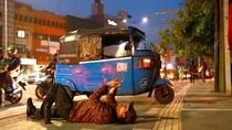 Kampanye Hak Pejalan Kaki, Pria Ini Rebahan di Trotoar Usir Bajaj