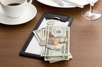 Pria Ini Tinggalkan Uang Tip Rp 28 Juta Untuk Para Pelayan Restoran