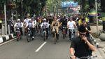 Foto: Gaya Jokowi Tunggangi Motor hingga Ontel di Bandung