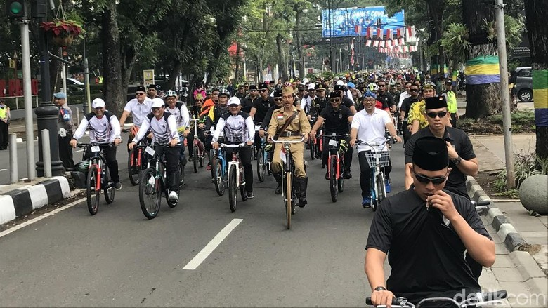 Bergaya ala Bung Tomo, Jokowi Bersepeda Ontel di Bandung