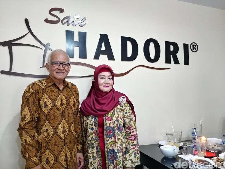 Kedatangan Jokowi ke gerai sate Hadori yang ada di Sate Hadori di ST Hall Bandung disambut langsung oleh pemiliknya, Wawan Hadori dan istrinya Wati Dinyati. Sejak Jokowi turun dari mobil. Foto: dokdetikFood/Tri Ispranoto