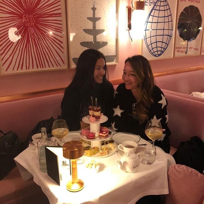 Bersama sahabatnya, Adriana merayakan persahabatan mereka. Nampak ada wine dan kue-kue mungil untuk momen spesial ini. Sweet ya! Foto: Instagram adrianalima