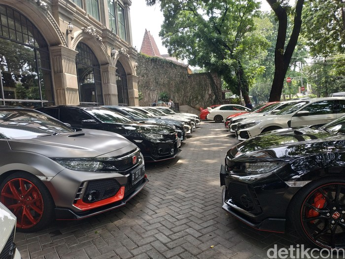 Komunitas R Club Indonesia merupakan perkumpulan para pemilik Honda Civic Type R FK-8 untuk seluruh wilayah Indonesia. Tepat pada tanggal 10 November 2018, R Club Indonesia genap berumur satu tahun.