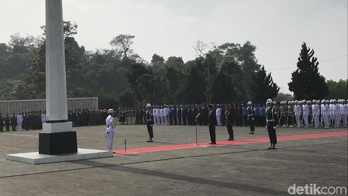 Presiden Jokowi saat memimpin upacara peringatan Hari Pahlawan Nasional di TMP Cikutra beberapa waktu lalu (dok. detikcom).
