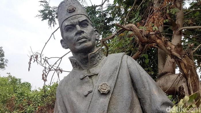 Sebuah patung yang menggambarkan Pahlawan Nasional Sultan Ageng Tirtayasa teronggok di pinggir jalan. Patung itu diketahui dibongkar dan dibuang ke sungai.