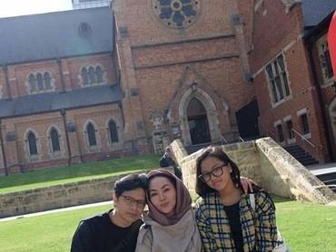 Ini foto waktuArmand Maulanasekeluarga liburan di Perth, Australia. Latar fotonya bagus ya, Bun. (Foto: Instagram @dewigita01)