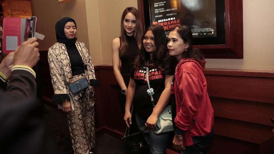 Cinta Laura Jadi Buruan Selfie di Press Screening Suzzanna