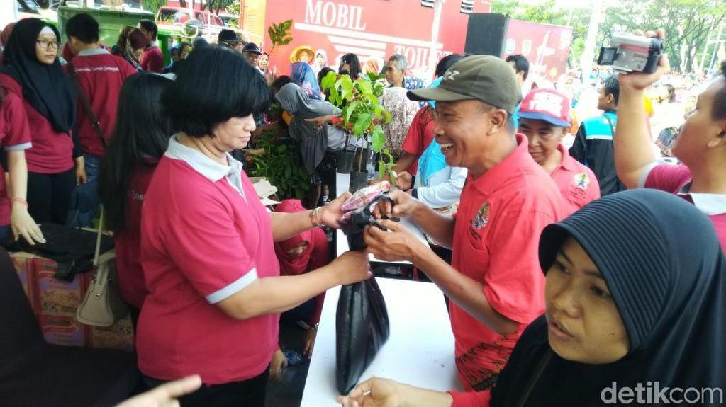 Ramai-ramai Warga Semarang Tukar Sampah dengan Mi dan Bibit Tanaman