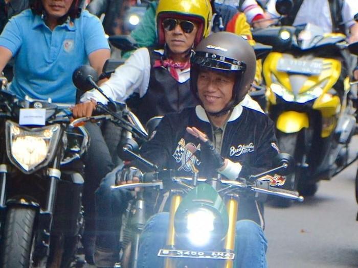 Jokowi pakai jaket Bubur Ayam Racer dari Rawtype Riot saat konvoi di Bandung, Jawa Barat, pada Minggu (11/11/2018). (Foto: Agus Suparto)