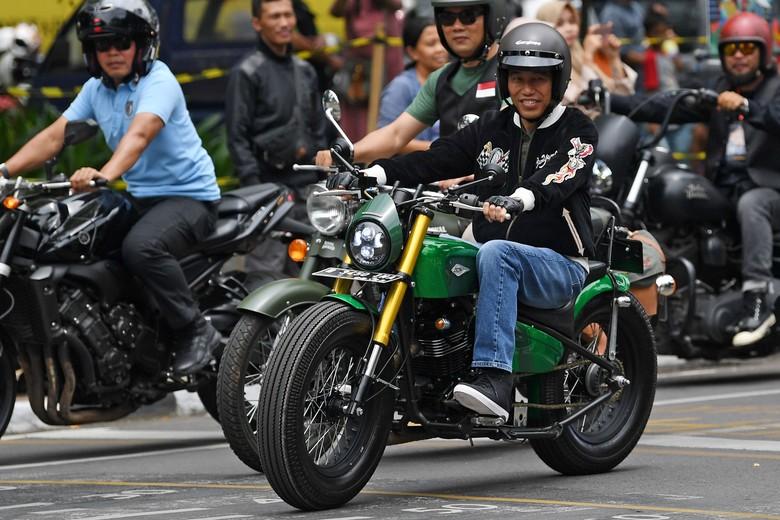 Jokowi naik motor modifikasi di Bandung. Foto: Dok. Antara FOTO/Wahyu Putro