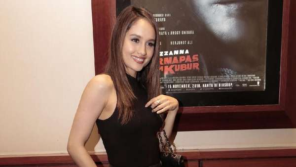 Cinta Laura Jadi Buruan Selfie di Press Screening Suzzanna