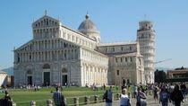 Meniti Ratusan Anak Tangga ke Puncak Menara Pisa