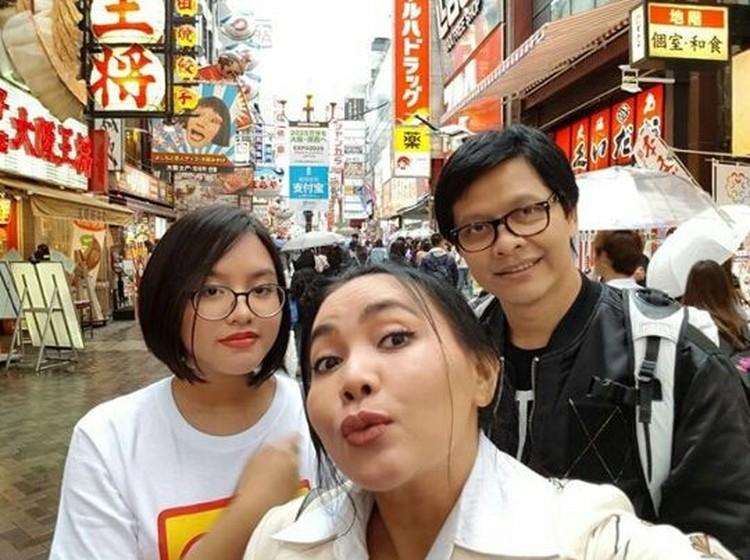 Bunda pasti bisa tebakArmand Maulanadan keluarga lagi liburan di mana. Ya, ini foto lagi di Jepang. (Foto: Instagram @dewigita01)
