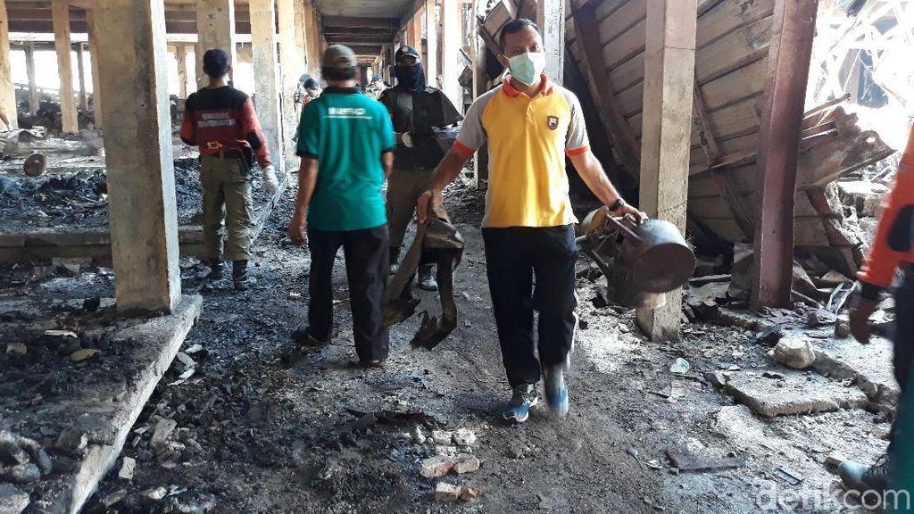 Ribuan Orang Kerja Bakti Bersihkan Sisa Kebakaran Pasar Legi Solo