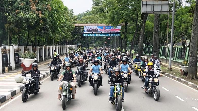 Jokowi berkeliling naik motor di Bandung. Foto: Ray Jordan/detikcom
