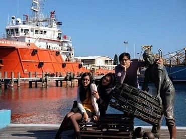 Pindah tempat, kali ini di Australia. Liburan dan berjalan-jalan di pelabuhan juga seru ya untuk foto-foto. Bunda Dewi Gitamenikmati banget liburannya. (Foto: Instagram @dewigita01)
