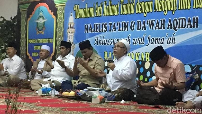 Buku Karya Prabowo Dibagikan Usai Silaturahmi di Tanah Abang