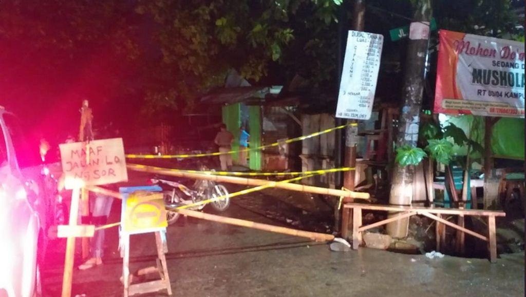Longsor, Jalan Setu Cipayung Arah Bekasi Masih Ditutup untuk Mobil