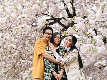 Foto keluarga dengan latar belakang bunga Sakura yang cantik seperti ini keren banget, Bun. (Foto: Instagram @dewigita01)