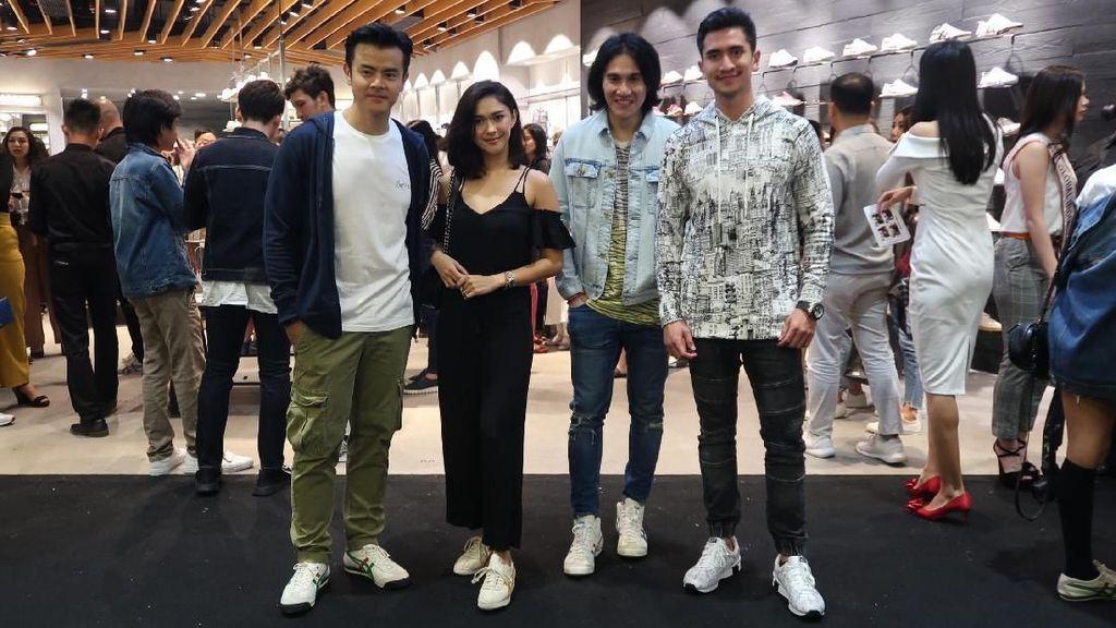 Gaya Nana Mirdad Hingga Vino G. Bastian Tampil Kasual dengan Sneakers