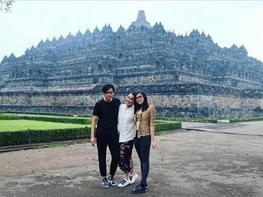 Armand Maulana, Dewi Gita, dan keluarga liburan ke Candi Borobudur di Magelang, Jawa Tengah. Fotonya nggak kalah kece kok dengan foto liburan ke luar negeri. (Foto: Instagram @dewigita01)