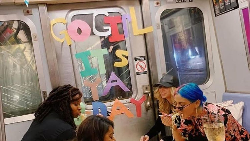 Wanita Ini Rayakan Pesta Ulang Tahun Meriah Dalam Gerbong Kereta