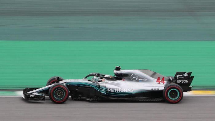 Lewis Hamilton raih pole position di Kualifikasi GP Brasil 2018 (REUTERS/Paulo Whitaker)