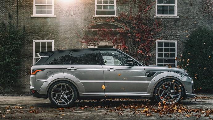 Range Rover Sport 5.0 V8 Supercharged SVR Pace Car First Edition ini telah dihiasi dengan sejumlah pemanis. Mulai dari Splitter yang agresif guna meningkatkan fungsinya. Sementara fender roda belakang dan depan diperlebar untuk mengakomodasi ban Project Kahn. Istimewa/Kahn Design.