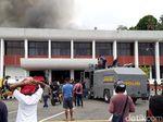 Melihat Sisa Kebakaran di Kantor Gubernur Papua