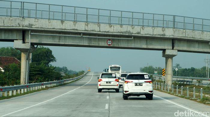 Perjalanan Surabaya-Mojokerto hanya membutuhkan waktu sekitar 1 jam 30 menit dari Surabaya untuk sampai ke Mojokerto. Setelah itu perjalanan dilanjutkan dari Mojokerto ke Kertosono dengan durasi 30 menit.