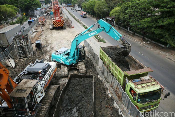 Para pekerja mengerjakan proyek tol layang dalam kota seksi 1A Kelapa Gading-Pulogebang di kawasan Cakung, Jakarta, Senin (12/11/2018).